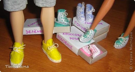 Привет всем, кто зашёл в гости!! На днях, дочкины Барби (и даже один из наших трёх Кенов), прикупили себе обувочку- спортивные кроссовки. Пришла весна,начался сезон утренних и вечерних пробежек, без соответствующей обуви ну просто никак не обойтись. фото 1