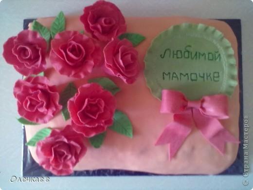 Вот такой у меня получился первый опят с мастикой. Сделала маме на день рождения торт. Лепить все начала заранее, чтобы подсохли цветочки.Понимаю, что корявенький получился. Но всем понравился.А знакомый, кода уплетал торт, вообще сначала подумал, что цветы не съедобные)))) фото 1