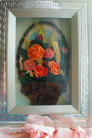 корзинка с розами, земляникой и колосками фото 1