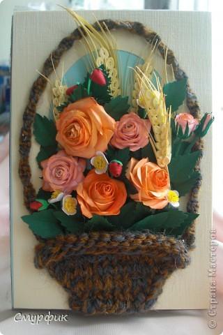 корзинка с розами, земляникой и колосками фото 2