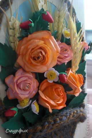 корзинка с розами, земляникой и колосками фото 3
