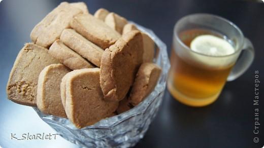 Мука 300 гр.  Сахарная пудра 100гр.  Масло сливочное 200 гр.  Масло сливочное шоколадное 50 гр.  Какао 50 гр.  Корица на вкус, щепотка соли.  Размягчить масло (можно просто оставить на пару часов при комнатной температуре, можно натереть на терке), добавить сахарную пудру, щепотку соли, какао и корицу, смешать. Постепенно добавлять муку, сперва тесто будет комочками и сыпаться, но потом должно стать единым. Скатать две колбаски и убрать в холодильник на минут 30.Лист застелить бумагой для выпекания, нарезать колбаски на пласты 1,5 см где то и выпекать 10 минут.  Печенье остудить. верху можно посыпать корицей. Так же в печенье можно добавить грецкие орехи, тоже получится очень вкусно.