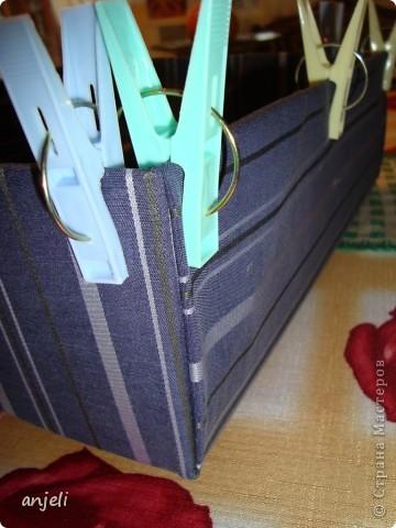 Взбаламутил сознание данный МК http://stranamasterov.ru/node/359478 , но так как коробки из-под молока только копятся, пришлось начать с чего-нибудь попроще! ;) В каждом доме найдутся ненужные коробки, нитки, клей и сношенные вещи, например, мужские рубашки. Им можно дать вторую жизнь, но придется немного потрудиться. Конечно, можно использовать и хорошую ткань, но это не отвечает моим целям. В данном топике представлена коробка для белья,  из подручных материалов. Результат труда. Учитывая цвет, под носки - самое то :) фото 3