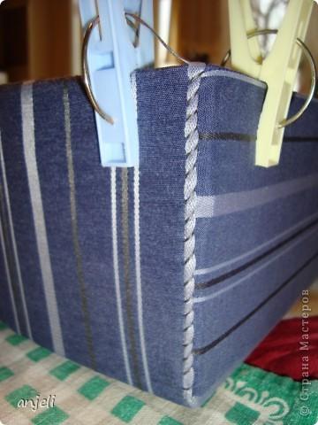Взбаламутил сознание данный МК http://stranamasterov.ru/node/359478 , но так как коробки из-под молока только копятся, пришлось начать с чего-нибудь попроще! ;) В каждом доме найдутся ненужные коробки, нитки, клей и сношенные вещи, например, мужские рубашки. Им можно дать вторую жизнь, но придется немного потрудиться. Конечно, можно использовать и хорошую ткань, но это не отвечает моим целям. В данном топике представлена коробка для белья,  из подручных материалов. Результат труда. Учитывая цвет, под носки - самое то :) фото 4
