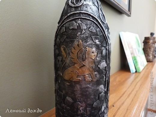 Вот такой средневековый замок мне явился: с драконами,гриффонами и конечно храбрым рыцарем. Сделала буквально вчера. Как делать пейп арт вот тут http://stranamasterov.ru/node/308701 .  Бутылочка со вкусным напитком уйдет в подарок. И так: Дракон фото 11
