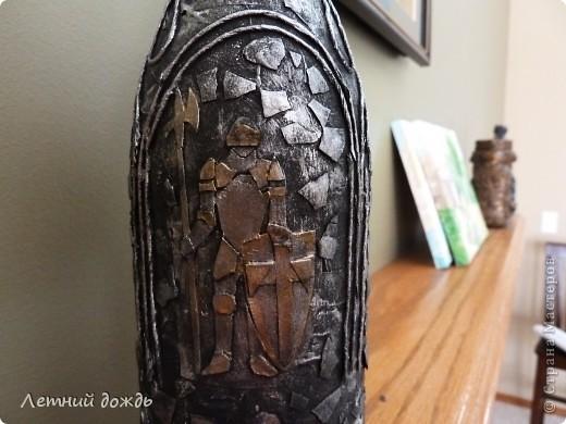 Вот такой средневековый замок мне явился: с драконами,гриффонами и конечно храбрым рыцарем. Сделала буквально вчера. Как делать пейп арт вот тут http://stranamasterov.ru/node/308701 .  Бутылочка со вкусным напитком уйдет в подарок. И так: Дракон фото 12