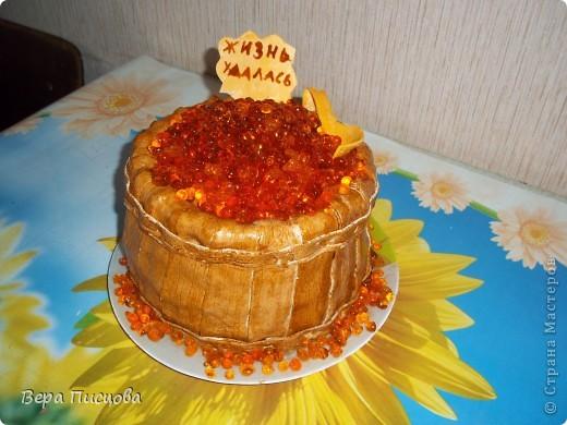 """давно хотела сделать такой торт, да вот икра никак  """"не металась"""".   И вот с 4 попытки получилось. Торт  в виде бочонка впервые делала. Теперь знаю как)))"""