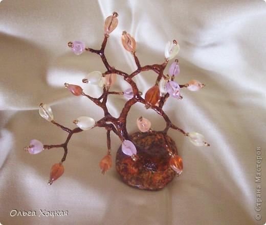 Вот и я сделала деревце из бисера. Это мой долгострой, несколько лет назад сплела ветки и все они валялись без дела, но наконец пришла и их пора.  фото 4