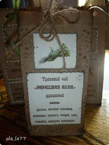 Скоро поеду в Болгарию, там у нас есть хорошие друзья, которым хочется привезти какие-то маленькие презентики.... Решили, что это будут травяной чай (наши родители собирают замечательные травяные чаи) и русский шоколад.... Ну, и, естественно все это не просто так.... Нужна упаковка.... вот и пробую потихоньку.... Все смотрела я, смотрела на шоколадницы.... но как-то случая все не было подходящего, чтобы сделать.... А на чайные пакетики меня вдохновила работа Наталюшки: http://stranamasterov.ru/node/352400... так мне нравятся в таком стиле всякие штуки!!!! фото 10