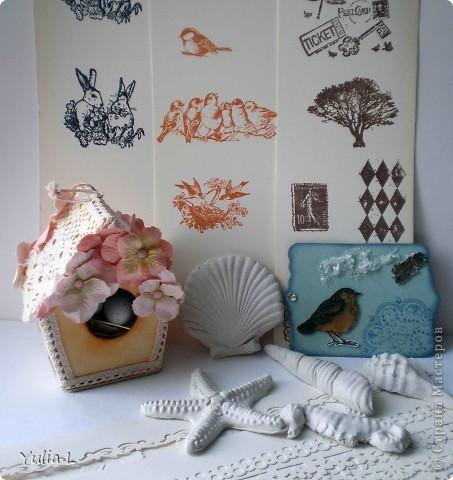 """Доброго времени суток всем заглянувшим в гости!  Сегодня хочу показать открытку в стиле светлый винтаж, которую сделала  в качестве приглашенного дизайнера в Омском скрап-клубе. Основа открытки - это картон и плетенка-решетка из бумаги для пастели. В качестве декора использовала самодельные бумажные розы, вощеный шнур двух цветов,  фоновый штампинг """"трещины"""" и """"бабочки"""", прозрачный эмбоссинг на отштампованной бабочке.  фото 3"""