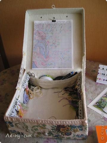 Решила маме сделать подарок на день рождения. Она очень любит вышивать картины крестиком. Нитки и все принадлежности хранит в простом пакете. А кто занимался такой вышивкой знает, как это неудобно.  фото 4