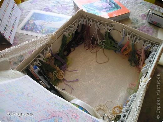 Решила маме сделать подарок на день рождения. Она очень любит вышивать картины крестиком. Нитки и все принадлежности хранит в простом пакете. А кто занимался такой вышивкой знает, как это неудобно.  фото 6