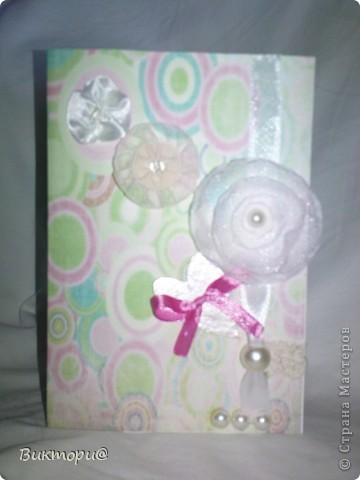 Вот она, красавица - первая моя открыточка. Сделала ее по скетчу #4   http://www.zrobysama.com.ua/?p=26292. Использовала картон, бумагу, распечатанную на принтере, кружево, ленточки, бусину, полубусины и сердечко из картона, окрашенное сначала корректором, а потом обычным лаком для ногтей. фото 2