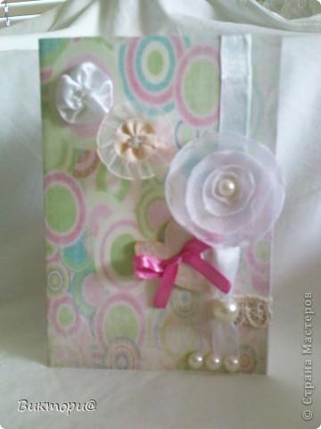 Вот она, красавица - первая моя открыточка. Сделала ее по скетчу #4   http://www.zrobysama.com.ua/?p=26292. Использовала картон, бумагу, распечатанную на принтере, кружево, ленточки, бусину, полубусины и сердечко из картона, окрашенное сначала корректором, а потом обычным лаком для ногтей. фото 1