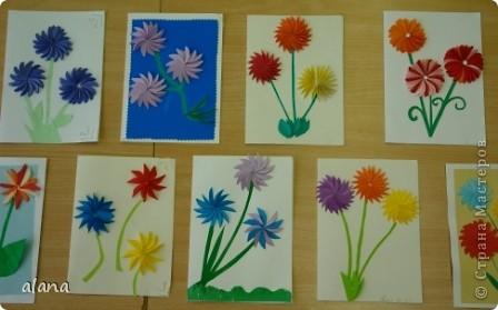 На сей раз открыточка с объемными цветами. Для начала продумываем цвет. Сложив полоску бумаги, вырезаем лепесток. Заготовив достаточное количество, складываем каждый лепесток пополам (вдоль). И отметив на бумаге центр цветка, начинаем приклеивать лепестки, смазывая клеем только половинку его. Следующий лепесток приклеиваем, чуть заслоняя первый и т.д. фото 1