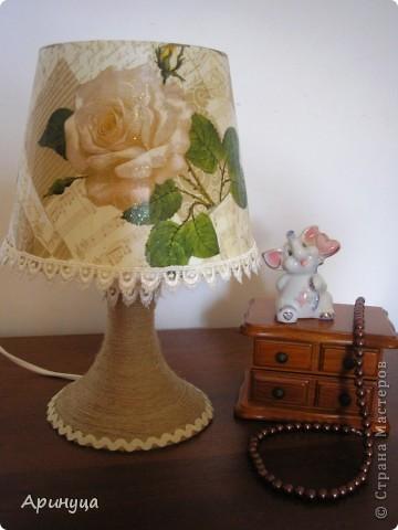 А вот и он,мой новый светильничек,стоит на прикроватном столике.Очень уютно становится в комнате,когда вечером включишь его)))) фото 3