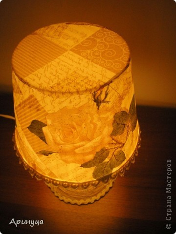 А вот и он,мой новый светильничек,стоит на прикроватном столике.Очень уютно становится в комнате,когда вечером включишь его)))) фото 6