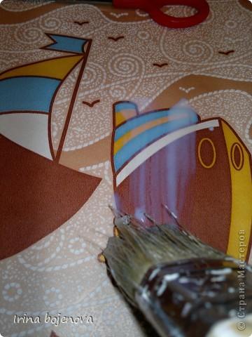 """Вот затеяли ремонт,взялись за комнату сына.А у него аквариум в комнате на столике стоит,и как то не вписывается в интерьер.Задумала я столик этот оживить,вот что получилось,и как я это делала решила поведать Вам мои дорогие !Взяла акриловую краску""""Для радиаторов"""",заколлеровала синим коллером и покрасила столик(хотела сделать эффект состаренности ,но он у меня не очень получился) фото 3"""