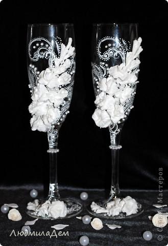 Здравствуйте, уважаемые мастера и мастерицы!!! Сегодня хочу показать вам несколько своих прошлогодних работ. Эти бокалы делала на заказ. Невесту звали Лилия и она захотела, чтобы на бокалах тоже были лилии, непременно крупные, и чтобы бокалы различались по цвету. фото 4