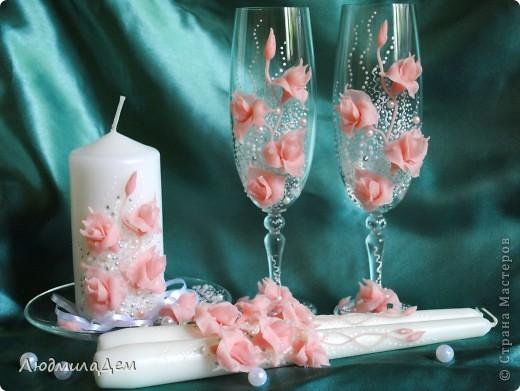 Здравствуйте, уважаемые мастера и мастерицы!!! Сегодня хочу показать вам несколько своих прошлогодних работ. Эти бокалы делала на заказ. Невесту звали Лилия и она захотела, чтобы на бокалах тоже были лилии, непременно крупные, и чтобы бокалы различались по цвету. фото 3