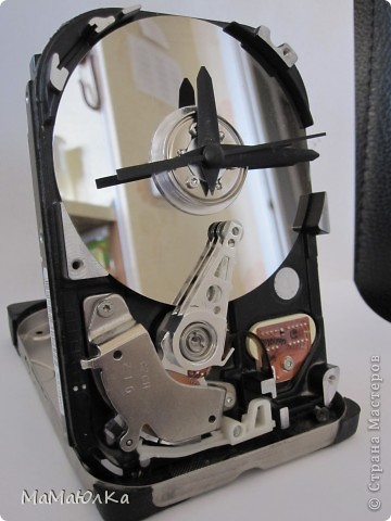 Добрый день! Мой муж смастерил из частей компьютера вот такие часы настольные. Думаю, что это будет больше интересно Мужчинам-Мастерам, а мы женщины просто полюбуемся на часики со своей стороны. фото 2