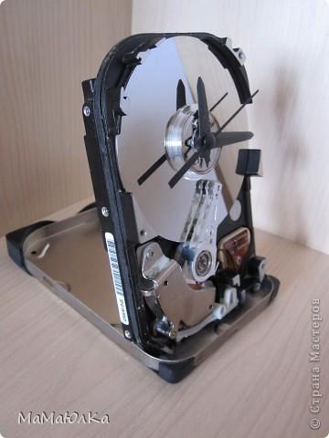 Добрый день! Мой муж смастерил из частей компьютера вот такие часы настольные. Думаю, что это будет больше интересно Мужчинам-Мастерам, а мы женщины просто полюбуемся на часики со своей стороны. фото 3