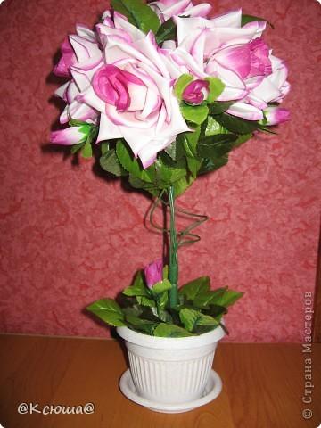 Первое дерево из искусственных цветов, роз оказалось очень маловато поэтому пришлось добавлять зелёных листьев. фото 1