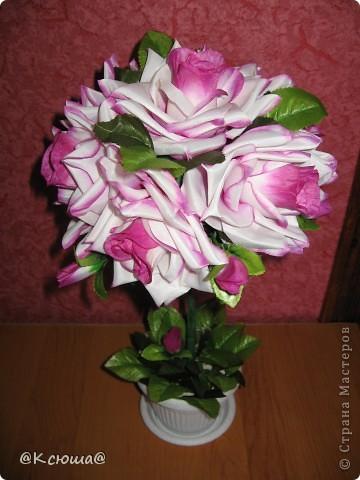 Первое дерево из искусственных цветов, роз оказалось очень маловато поэтому пришлось добавлять зелёных листьев. фото 2