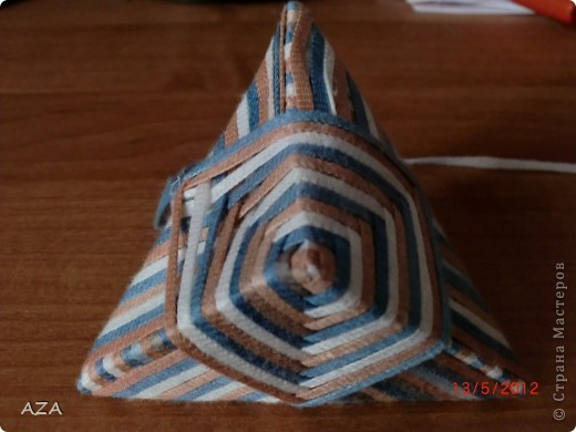делается из прямоугольника бумаги, обмотанного нитками. фото 1