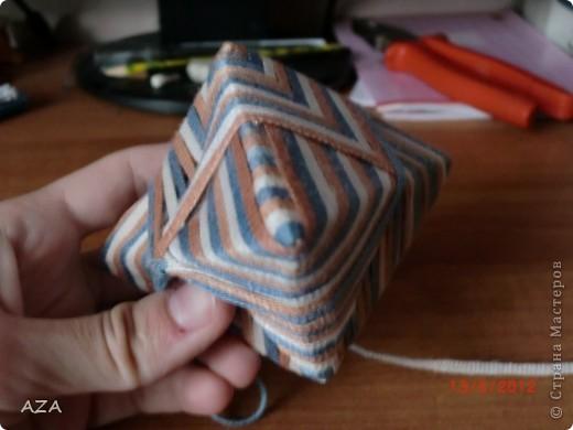 делается из прямоугольника бумаги, обмотанного нитками. фото 3