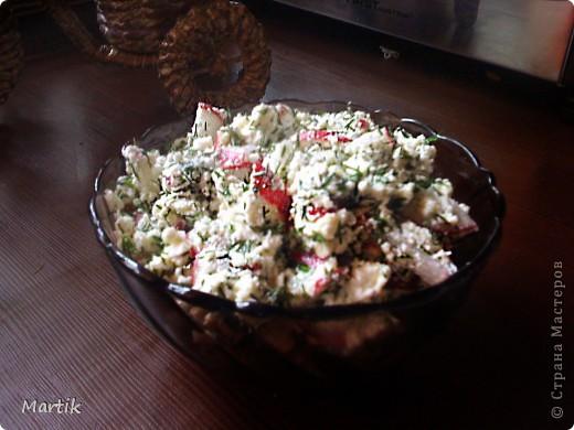 Сегодня вспомнила один рецепт салата,которым лет 15 назад в Сибири со мной поделилась одна женщина.Вспомнила и сделала.Очень простой рецепт,но салат такой вкусный! Может кто то и делает его,но я никогда ни у кого не слышала о таком  Нужен редис,творог,укроп,можно еще зеленый лук покрошить.И все это заправить растительным маслом(я оливковое использовала). да,и посолить. Всё! фото 1
