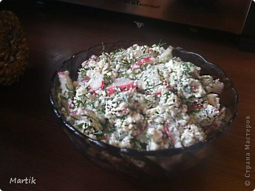 Сегодня вспомнила один рецепт салата,которым лет 15 назад в Сибири со мной поделилась одна женщина.Вспомнила и сделала.Очень простой рецепт,но салат такой вкусный! Может кто то и делает его,но я никогда ни у кого не слышала о таком  Нужен редис,творог,укроп,можно еще зеленый лук покрошить.И все это заправить растительным маслом(я оливковое использовала). да,и посолить. Всё! фото 2