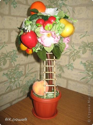 Это деревце делала по примеру яблони, только фрукты все разные, добавлены ягоды черешни. фото 1