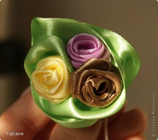 Мой самый любимый букет! Ширина ленты 2,5 см. Зеленая лента слегка присбаривается с одного края и обволакивается вокруг цветков. фото 1