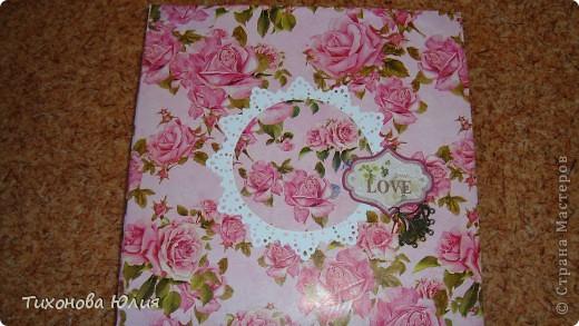 Ко дню рождения мамочки сделала в подарок фотоальбом из 8 разворотов.Размер обложки 23*23 см, листы 21*21 см Использовала бумагу для пастели, скрап бумагу, Обложку делала из бумаги для черчения А3 и упаковочной бумаги с розами. Для декора использовала 3D картинки (2 набора) и металлические подвески.  фото 1