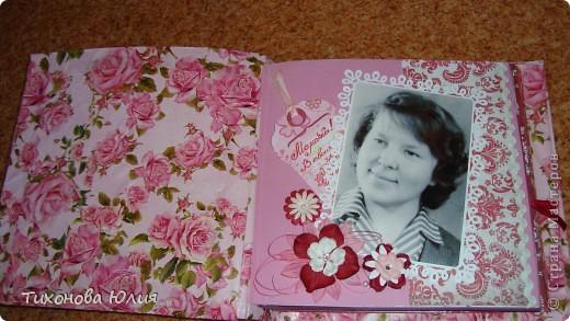 Ко дню рождения мамочки сделала в подарок фотоальбом из 8 разворотов.Размер обложки 23*23 см, листы 21*21 см Использовала бумагу для пастели, скрап бумагу, Обложку делала из бумаги для черчения А3 и упаковочной бумаги с розами. Для декора использовала 3D картинки (2 набора) и металлические подвески.  фото 2