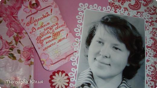 Ко дню рождения мамочки сделала в подарок фотоальбом из 8 разворотов.Размер обложки 23*23 см, листы 21*21 см Использовала бумагу для пастели, скрап бумагу, Обложку делала из бумаги для черчения А3 и упаковочной бумаги с розами. Для декора использовала 3D картинки (2 набора) и металлические подвески.  фото 3