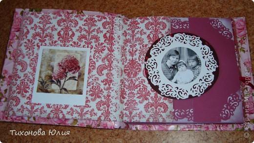 Ко дню рождения мамочки сделала в подарок фотоальбом из 8 разворотов.Размер обложки 23*23 см, листы 21*21 см Использовала бумагу для пастели, скрап бумагу, Обложку делала из бумаги для черчения А3 и упаковочной бумаги с розами. Для декора использовала 3D картинки (2 набора) и металлические подвески.  фото 4