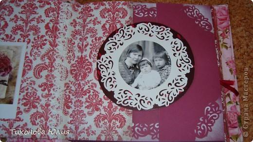 Ко дню рождения мамочки сделала в подарок фотоальбом из 8 разворотов.Размер обложки 23*23 см, листы 21*21 см Использовала бумагу для пастели, скрап бумагу, Обложку делала из бумаги для черчения А3 и упаковочной бумаги с розами. Для декора использовала 3D картинки (2 набора) и металлические подвески.  фото 7