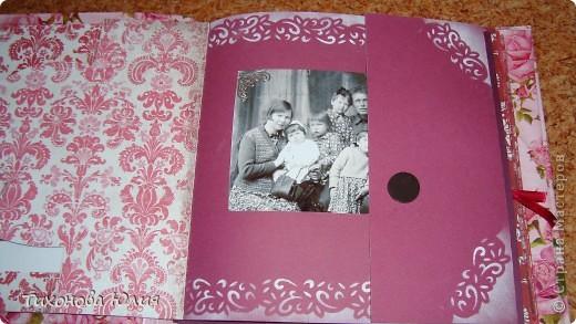 Ко дню рождения мамочки сделала в подарок фотоальбом из 8 разворотов.Размер обложки 23*23 см, листы 21*21 см Использовала бумагу для пастели, скрап бумагу, Обложку делала из бумаги для черчения А3 и упаковочной бумаги с розами. Для декора использовала 3D картинки (2 набора) и металлические подвески.  фото 8
