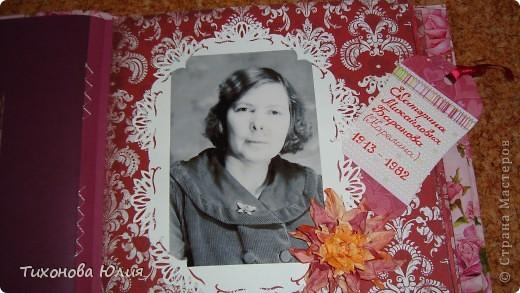 Ко дню рождения мамочки сделала в подарок фотоальбом из 8 разворотов.Размер обложки 23*23 см, листы 21*21 см Использовала бумагу для пастели, скрап бумагу, Обложку делала из бумаги для черчения А3 и упаковочной бумаги с розами. Для декора использовала 3D картинки (2 набора) и металлические подвески.  фото 17