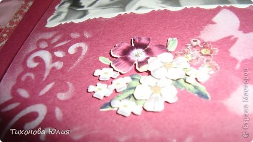 Ко дню рождения мамочки сделала в подарок фотоальбом из 8 разворотов.Размер обложки 23*23 см, листы 21*21 см Использовала бумагу для пастели, скрап бумагу, Обложку делала из бумаги для черчения А3 и упаковочной бумаги с розами. Для декора использовала 3D картинки (2 набора) и металлические подвески.  фото 20