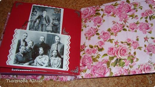 Ко дню рождения мамочки сделала в подарок фотоальбом из 8 разворотов.Размер обложки 23*23 см, листы 21*21 см Использовала бумагу для пастели, скрап бумагу, Обложку делала из бумаги для черчения А3 и упаковочной бумаги с розами. Для декора использовала 3D картинки (2 набора) и металлические подвески.  фото 26