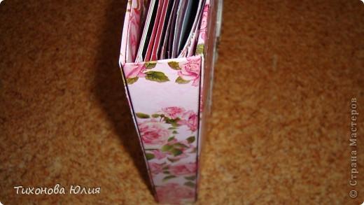 Ко дню рождения мамочки сделала в подарок фотоальбом из 8 разворотов.Размер обложки 23*23 см, листы 21*21 см Использовала бумагу для пастели, скрап бумагу, Обложку делала из бумаги для черчения А3 и упаковочной бумаги с розами. Для декора использовала 3D картинки (2 набора) и металлические подвески.  фото 34