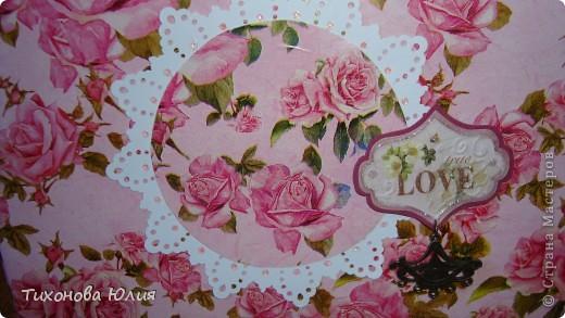 Ко дню рождения мамочки сделала в подарок фотоальбом из 8 разворотов.Размер обложки 23*23 см, листы 21*21 см Использовала бумагу для пастели, скрап бумагу, Обложку делала из бумаги для черчения А3 и упаковочной бумаги с розами. Для декора использовала 3D картинки (2 набора) и металлические подвески.  фото 36