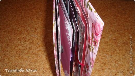 Ко дню рождения мамочки сделала в подарок фотоальбом из 8 разворотов.Размер обложки 23*23 см, листы 21*21 см Использовала бумагу для пастели, скрап бумагу, Обложку делала из бумаги для черчения А3 и упаковочной бумаги с розами. Для декора использовала 3D картинки (2 набора) и металлические подвески.  фото 33