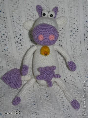 Приветствуйте коровку Дашу. Родилась она на днях. Захотелось мне не розовую, а фиолетовую... Описание здесь http://amigurumi.com.ua/pattern/36-dlya-novichkov/181-vljublyonnaja-korova фото 1