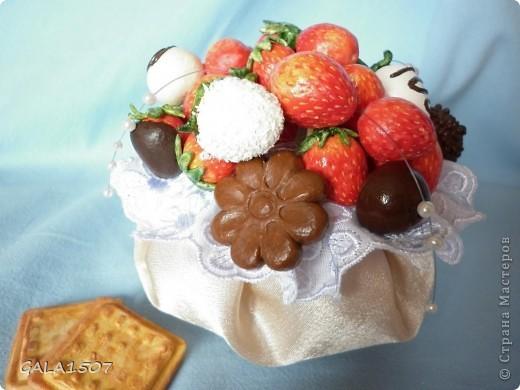 Здравствуйте мои дорогие!!!!!!!!!!! Сегодня я к вам с весенне-летним настроением. Хочу поделиться ароматом и сладко-кислым вкусом ягод и блаженством шоколада, всё-таки многие его уважают! Приятного вам аппетитного просмотра!!!!!!!!!!!!!!!!!!!!! фото 17