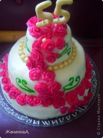 Тортик по случаю юбилея. Покрыт мастикой декор тоже мастика. Внутри апельсиновый бисквит с творожным кремом и разными ягодами (в каждом ярусе свои(вишня, черника, малина)). Количество розочек 55. Общий вес торта 8,5кг. фото 2