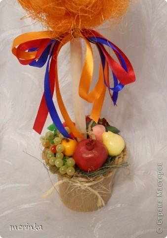 """Всем привет. Май считается для Армении месяцем побед, да и весна в самом разгаре, уже появились свежие овощи, скоро придет черед вкуснейшим фруктам. На этой радостной ноте у меня вырос вот такой топиарий, который я назвала """"Армения"""". И в скором будущем отправится он в сувенирный.  Кстати, я заметила, что спросом больше всего пользуются топиарии, где присутствует национальный колорит.  фото 3"""